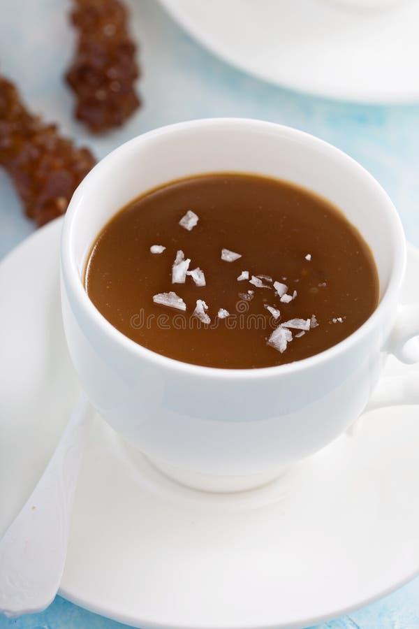 Pudín del caramelo con la sal formada escamas foto de archivo libre de regalías