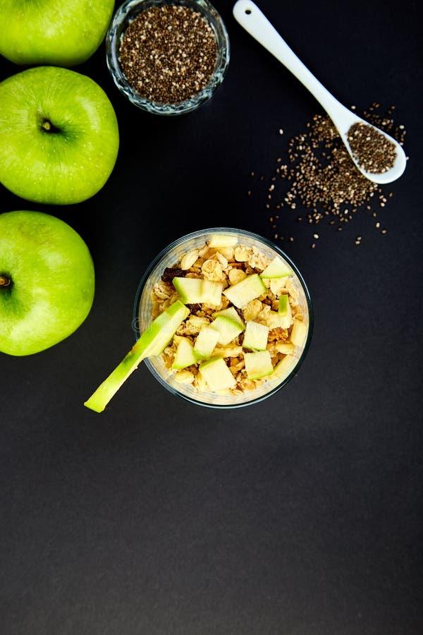 Pudín sano del chia con las manzanas y el granola en vidrio foto de archivo libre de regalías