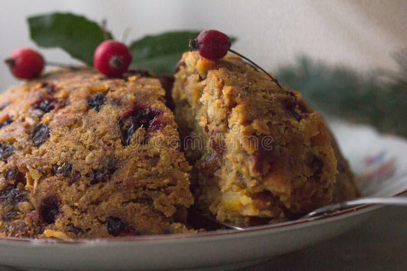 Pudding anglais de Noël avec la cuillère L'anglais traditionnel a cuit le pudding à la vapeur avec les fruits et les écrous secs  photo libre de droits