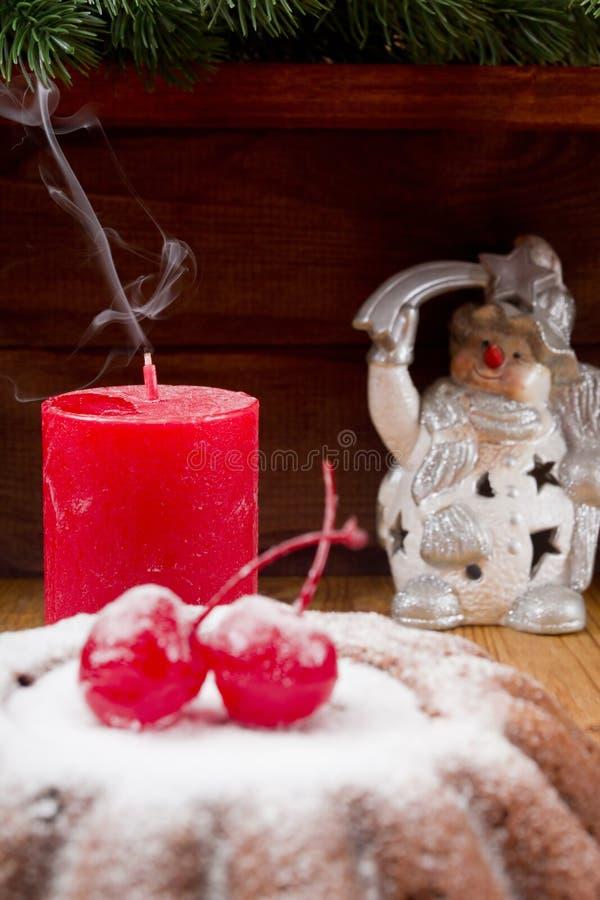 Pudding d'année éteinte et nouvelle de bougie de Noël image stock