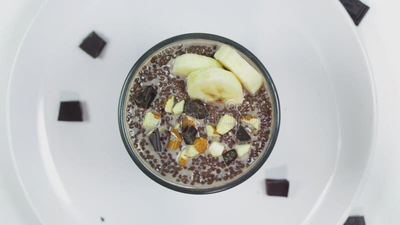 Pudding de chia de chocolat en verre sur une table blanche Petit déjeuner sain de vegan image stock