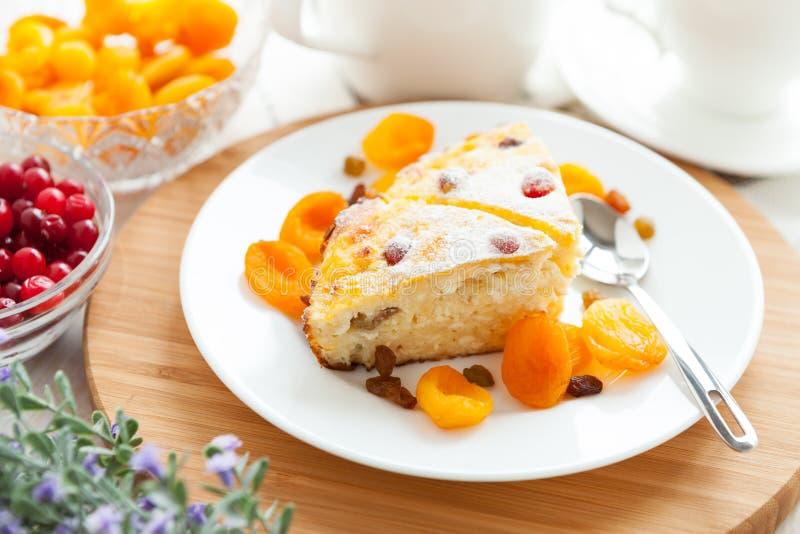 Pudding de lait caillé avec l'abricot sec et les raisins secs photo stock