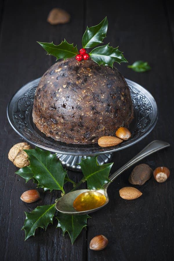 Pudding de Noël avec la brindille de houx photo stock