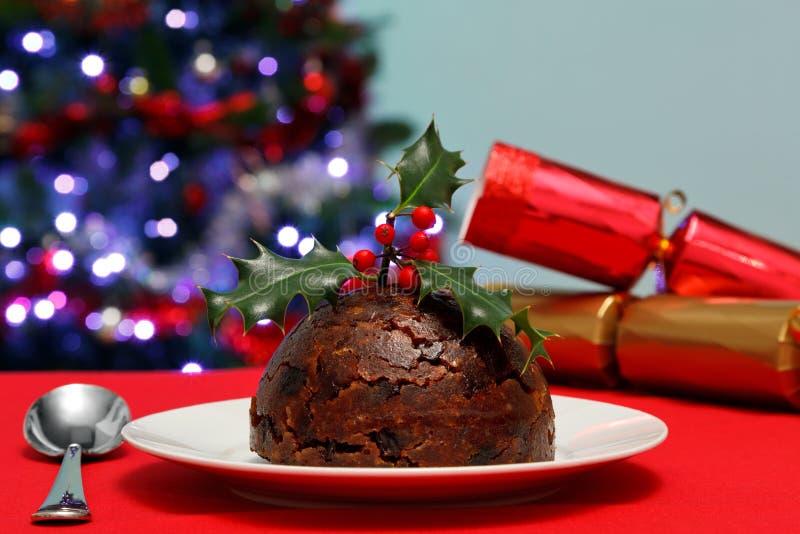 Pudding de Noël avec le houx et les casseurs image libre de droits