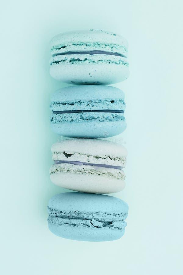 pudding f?r chokladfondantfransman Härliga mintkaramell-färgade macarons på en plan lekmanna- bakgrund royaltyfri bild