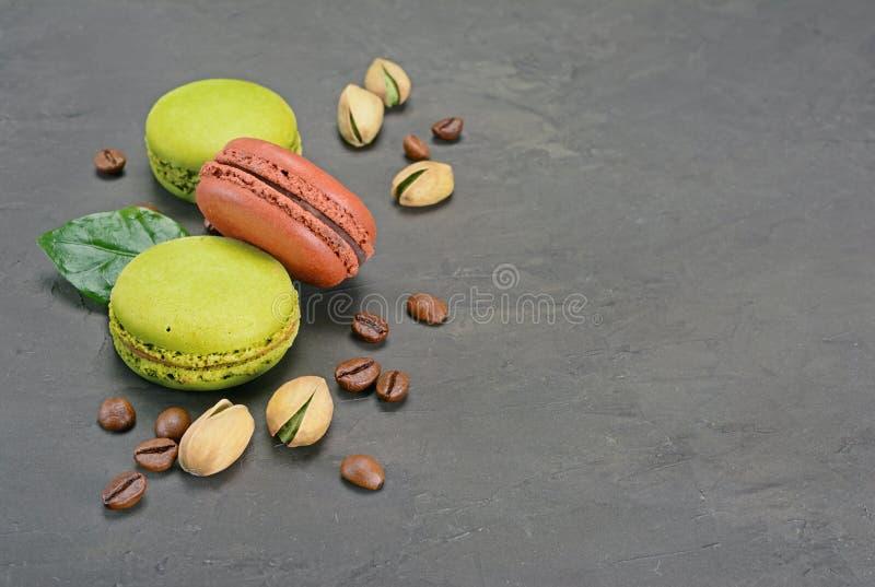 Pudding francese del fondente del cioccolato Cioccolato zuccherato e maccheroni o macarons del pistacchio con i chicchi ed i dadi immagine stock libera da diritti