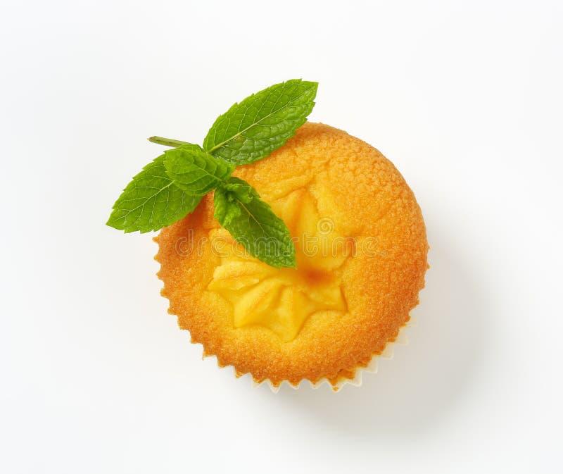 Pudding gevulde citroen cupcake royalty-vrije stock foto's