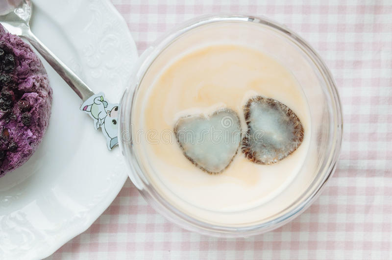 Pudding mit Blaubeeren und gefrorenem Kaffee stockfoto