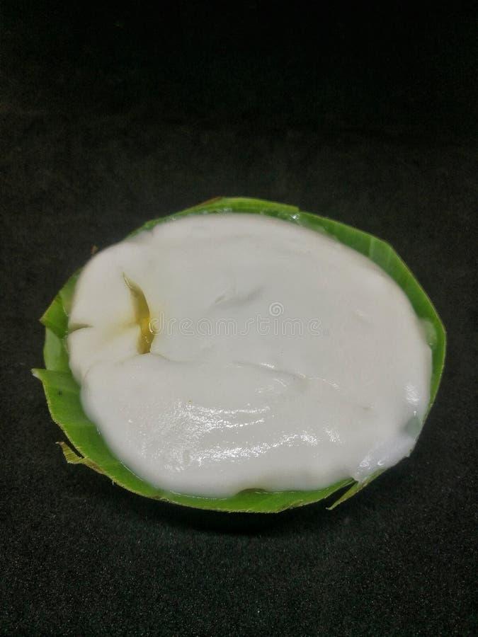 Pudding thaïlandais avec l'écrimage de noix de coco avec le fond noir photo libre de droits