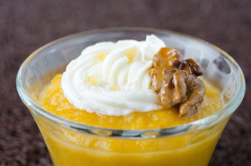 Pudding z dyniowym i mangowym zbliżeniem fotografia royalty free