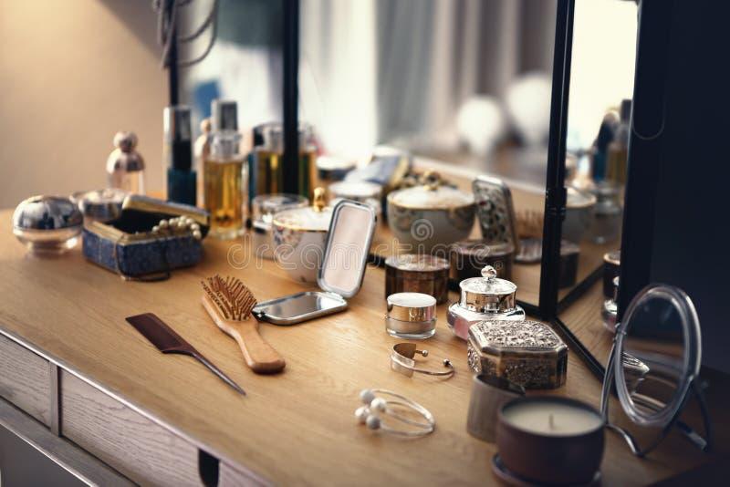 Pudełka i butelki na opatrunkowym stole fotografia royalty free
