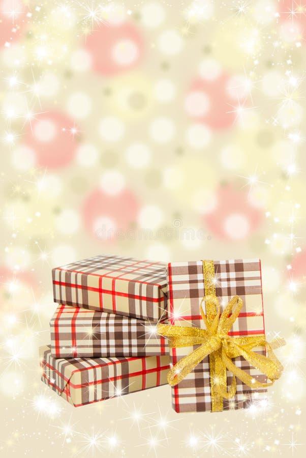 Pudełka prezenty na pięknym żółtym tle fotografia stock