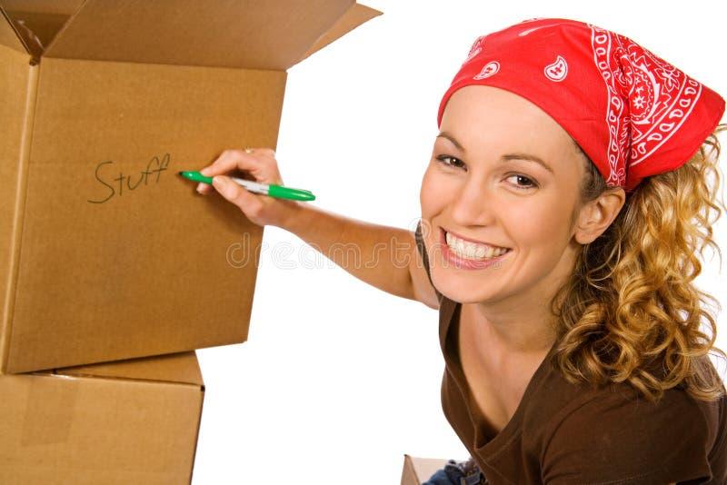 Pudełka: Uśmiechnięty kobiety Writing Na pudełku zdjęcia stock