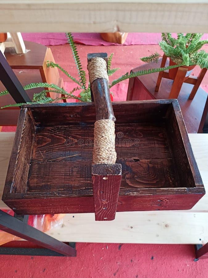 Pudełko drewniane do przewożenia przedmiotów na zakupy lub miejsce dekoracji z liną owiniętą obraz stock