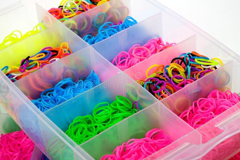 Pudełko kolorowa guma dla wyplatać tęczy krosienko zdjęcia stock