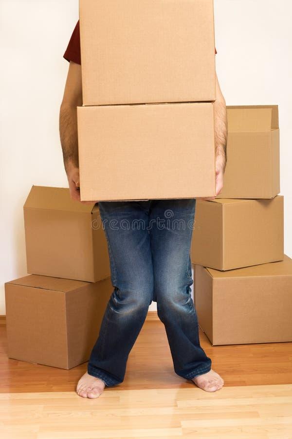 pudełko mężczyzna kartonowy ono zmaga się fotografia stock