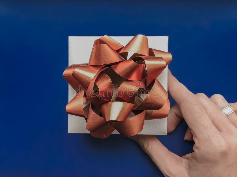 Pudełko na prezent z łukiem w rękach kobiety fotografia stock