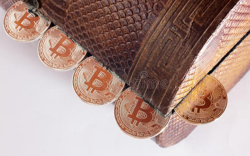 Pudełko pełno bitcoins zdjęcie stock