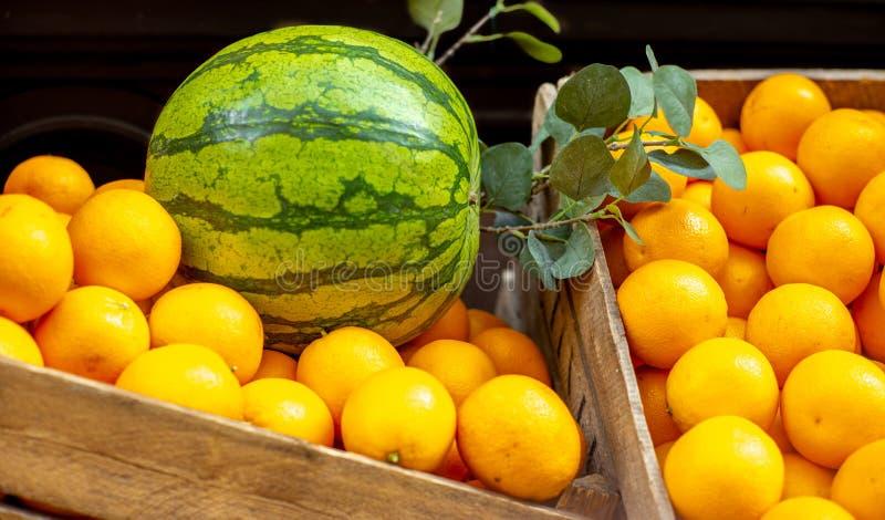 Pudełko pomarańcze i arbuz przy rynkiem w Sztokholm fotografia royalty free