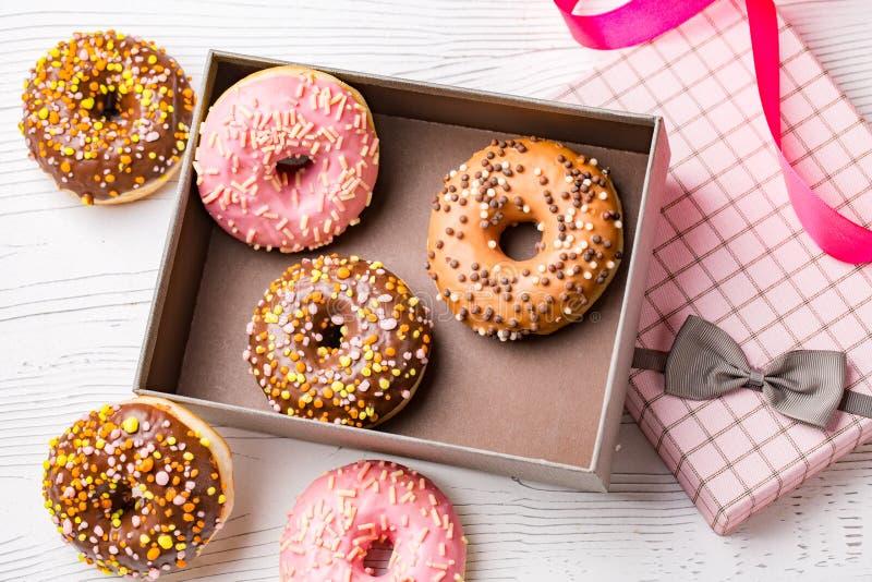 Pudełko z świeżymi domowej roboty donuts z różnorodnymi polewami obraz stock
