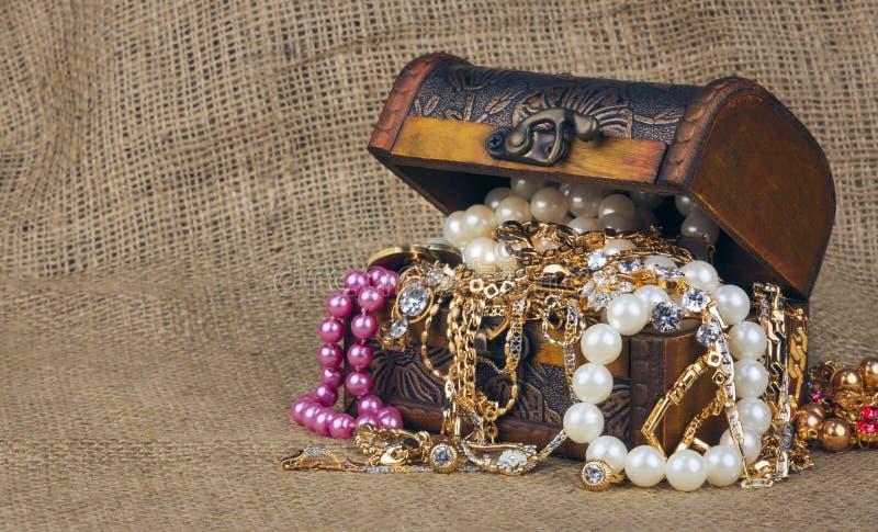 Pudełko z biżuterią na grabić obrazy royalty free