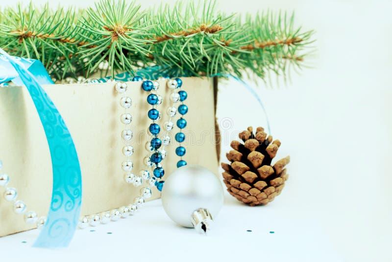 Pudełko z boże narodzenie zabawek, błękitnych i srebnych koralikami, błękitny faborek i zdjęcia royalty free