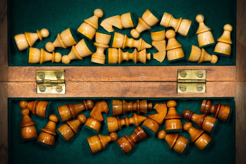 Pudełko z Drewnianymi Szachowymi kawałkami zdjęcie stock