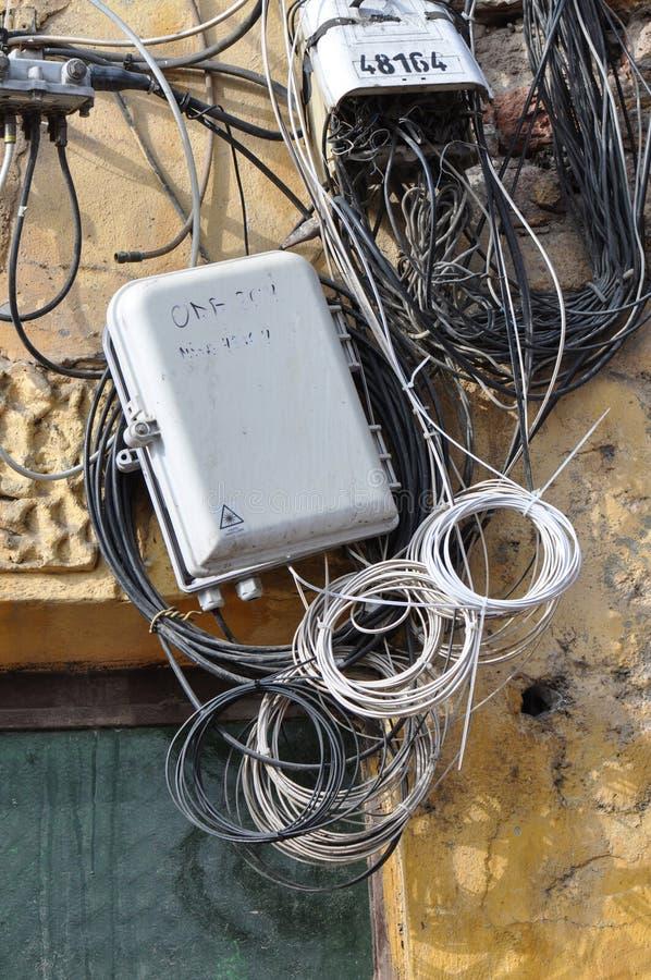 Pudełko z drutem na domowej ścianie zdjęcie royalty free