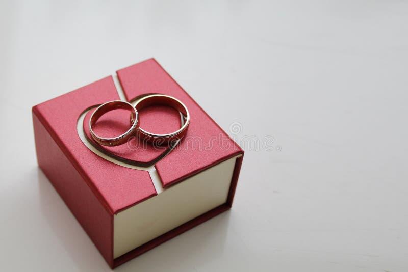 Pudełko z obrączkami ślubnymi na białym tle obrazy stock