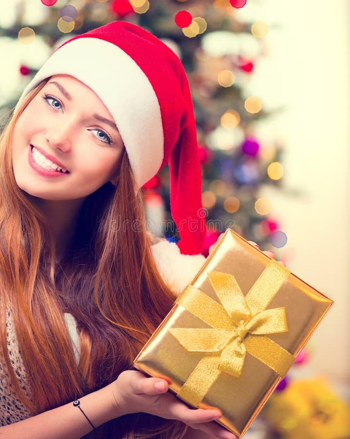 pudełkowata daru świątecznej dziewczyna fotografia royalty free