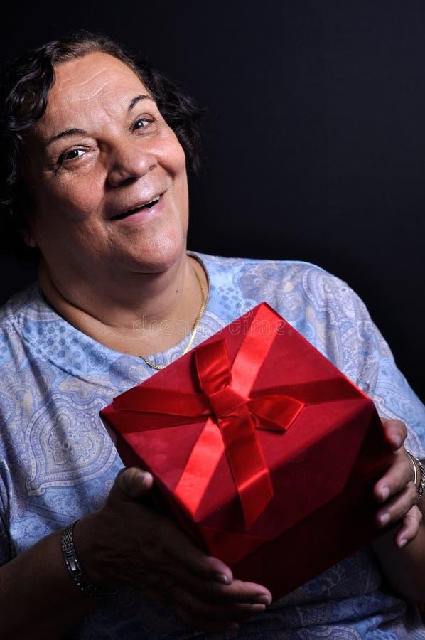 pudełkowata prezenta mienia kobieta fotografia royalty free