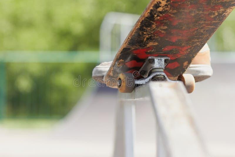 pudełkowata robi zabawy nosegrind skatepark łyżwiarka zdjęcie stock