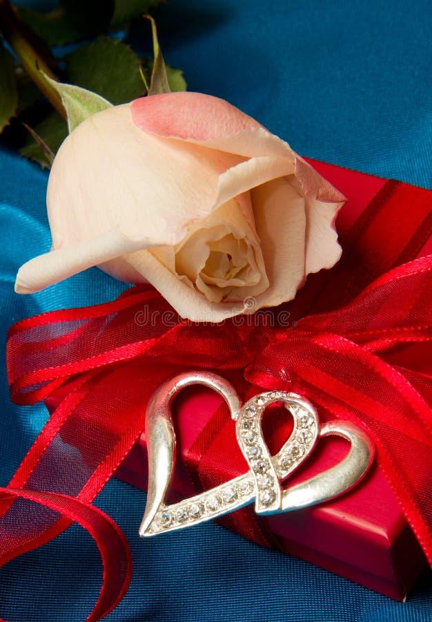 pudełkowate prezenta menchii róże zdjęcia stock