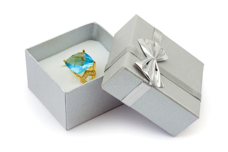 pudełkowatego prezenta złocisty pierścionek fotografia royalty free