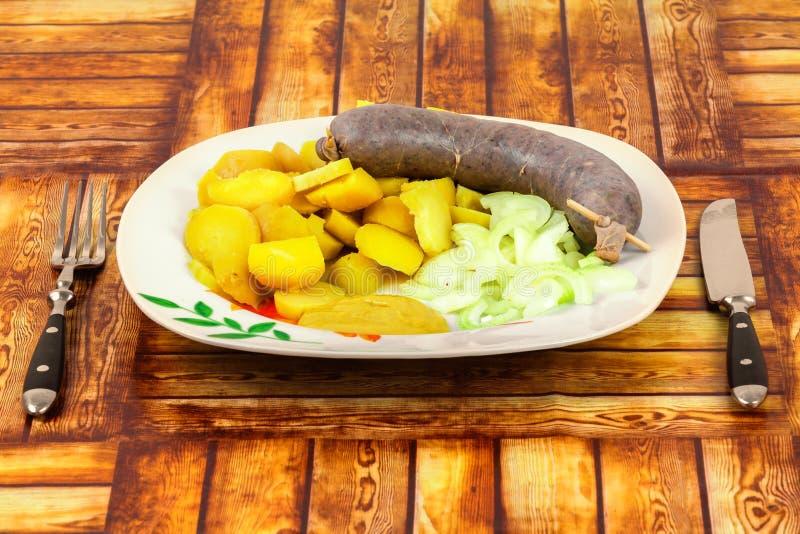 Pudim branco checo tradicional feito da carne de porco com as batatas no fundo de madeira imagens de stock royalty free