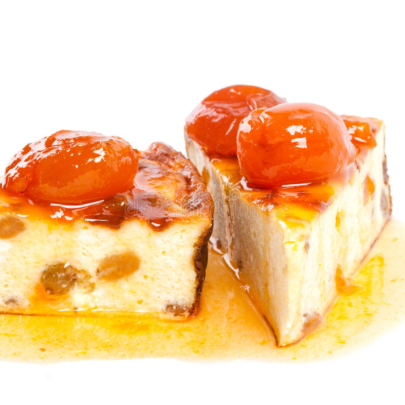 Pudim caseiro do coalho sobremesa doce do bolo de queijo com frutos de bagas alaranjados na parte superior Doce do abricó Fundo b imagem de stock royalty free