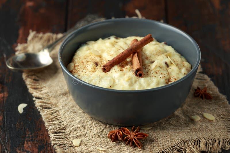 Pudim de arroz clássico com as porcas da canela e da amêndoa Pequeno almoço saudável fotografia de stock