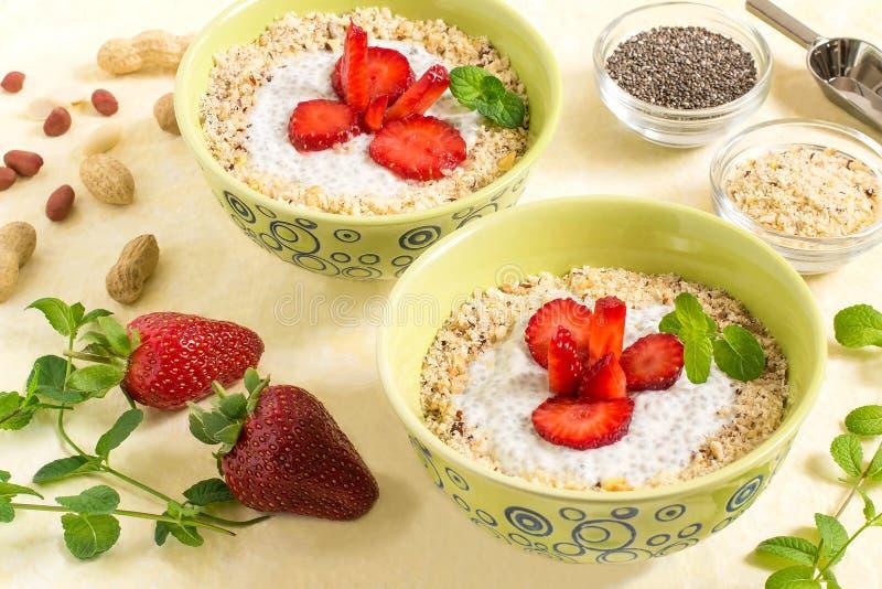 Pudim de Chia com leite, morangos e amendoins de coco foto de stock royalty free