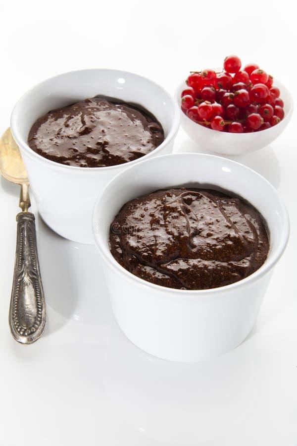 Pudim de chocolate nos copos brancos com corrente vermelha fotografia de stock royalty free