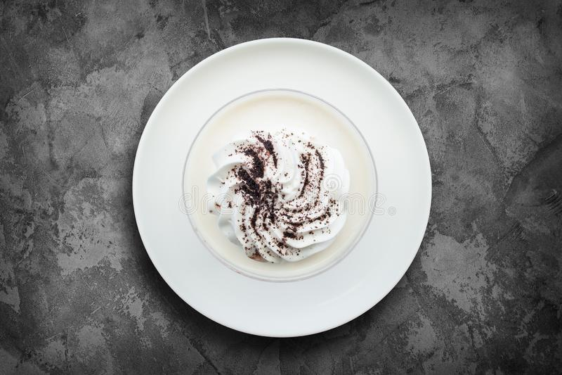 Pudim delicioso do leite com chocolate raspado no fundo da superfície do grunge imagens de stock royalty free