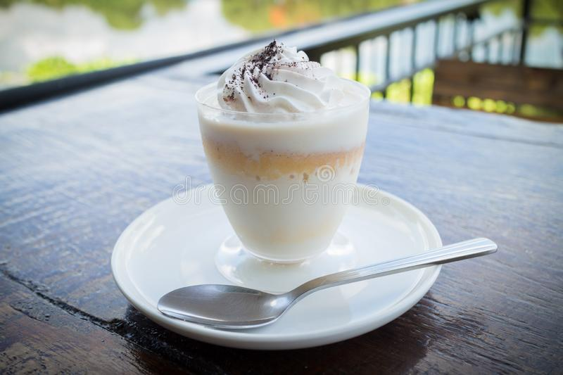 Pudim delicioso do leite com chocolate raspado sobre o guardanapo foto de stock royalty free