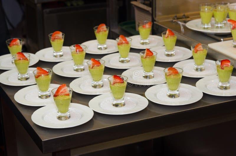 Pudim do abacate, mesa de cozinha do restaurante fotografia de stock