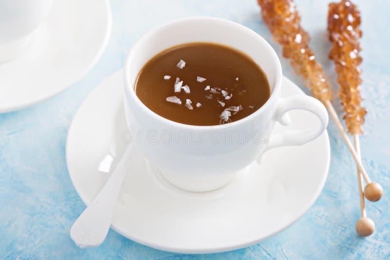 Pudim do caramelo com sal lascado imagem de stock royalty free