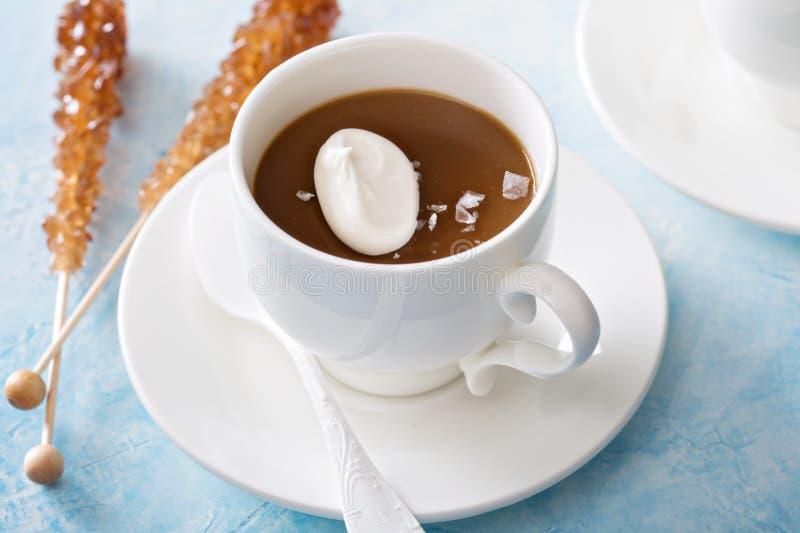 Pudim do caramelo com sal lascado fotos de stock