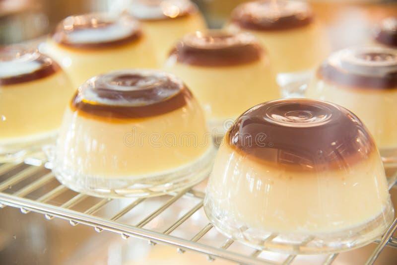 Pudim misturado pelo ovo, pelo leite e pelo chocolate na sobremesa deliciosa do copo plástico foto de stock royalty free