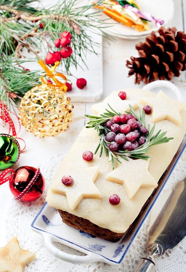 Pudim tradicional do bolo do fruto do Natal com maçapão e arando fotografia de stock