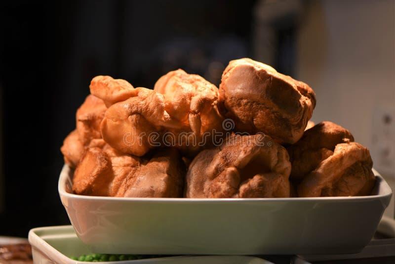 Pudins de Yorkshire prontos para comer deliciosos para um jantar do assado imagem de stock