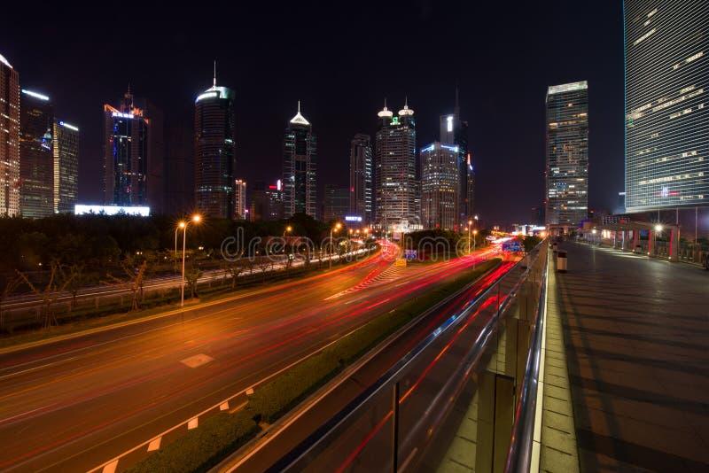 Pudong och moderna skyskrapor i Shanghai vid natt Stads- arkitektur i Kina arkivfoton