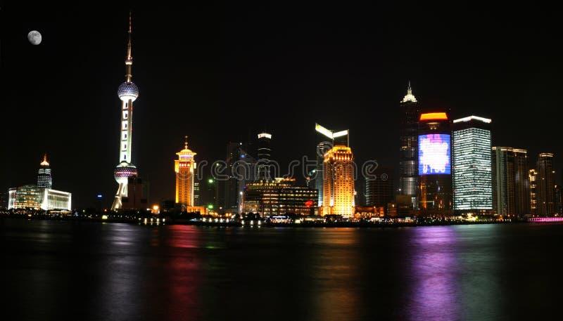 Download Pudong widok Shanghai nocy obraz stock. Obraz złożonej z neon - 1652245