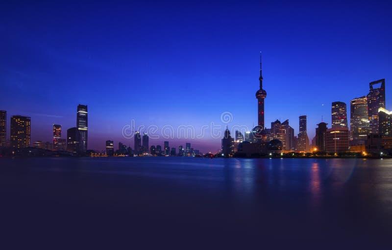 PuDongen NightScape av ShangHai arkivfoto